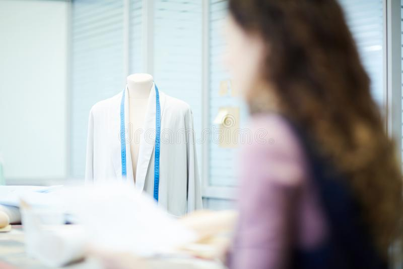Мысль о дизайне куртки в студии стоковая фотография rf
