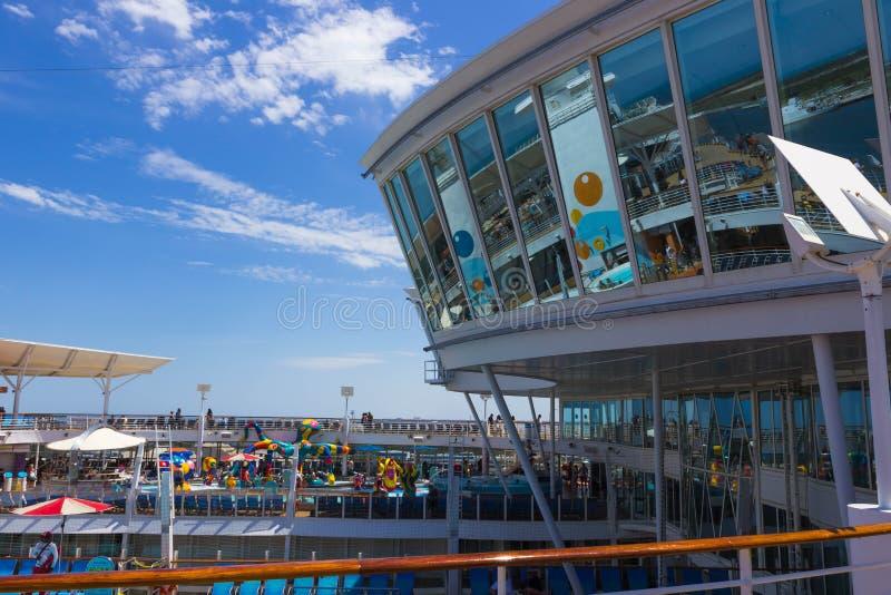 Мыс Канаверал, США - 29-ое апреля 2018: Верхняя палуба с бассейнами ` s детей на вкладыше круиза или оазисе корабля  стоковая фотография rf
