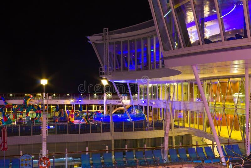 Мыс Канаверал, США - 2-ое мая 2018: Открытая палуба в nighttime Гигантский оазис туристического судна морей королевскими Вест-Инд стоковая фотография rf