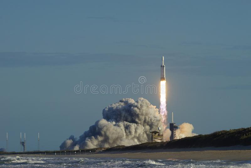 Мыс Канаверал, Florida/USA - 11-ое апреля 2019: Сокол старта Arabsat-6A тяжелый стоковые фото