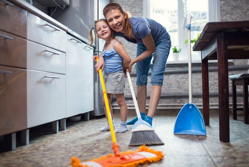 Мытье дочери матери пол дома стоковые фотографии rf