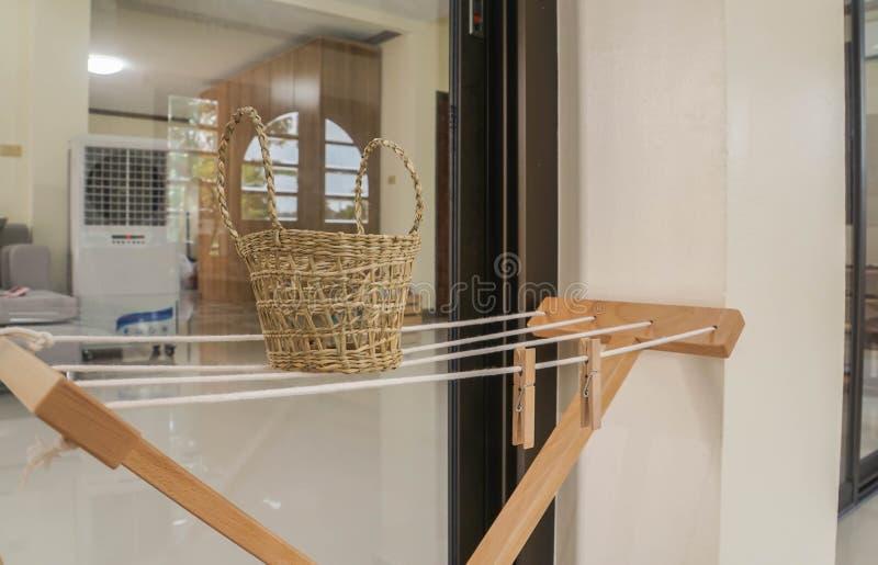 Мыть выравнивается с деревянной зажимкой для белья в корзине ротанга стоковая фотография