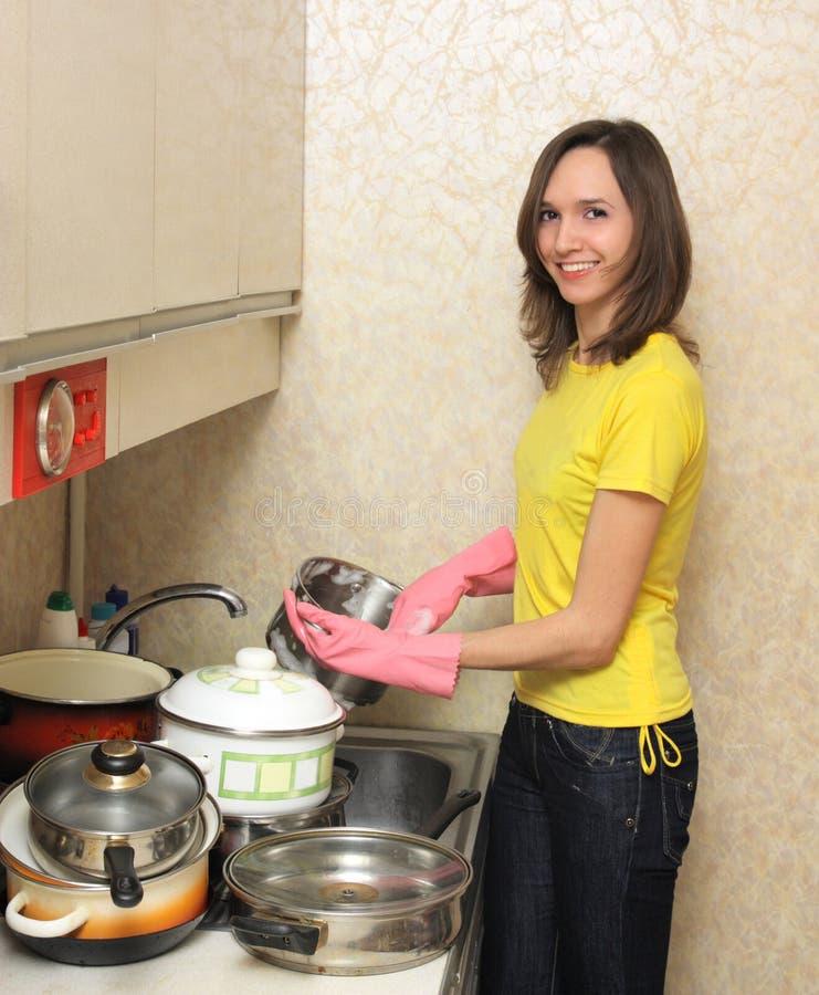 мыть девушки тарелок стоковые изображения rf
