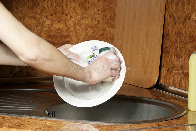 мыть плиты девушки стоковые изображения