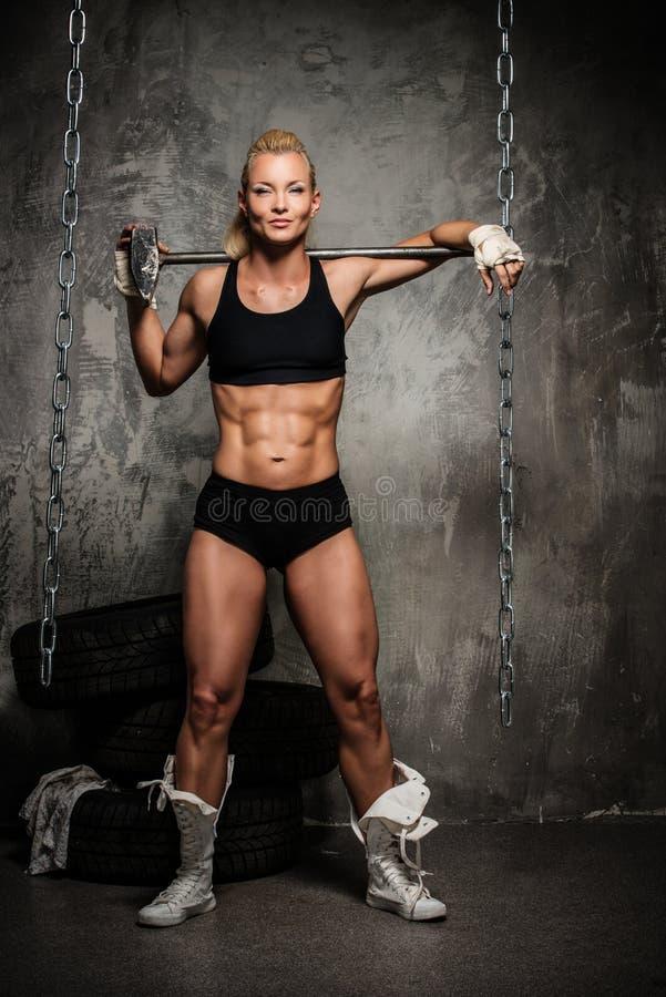 Мышечная женщина культуриста стоковое фото
