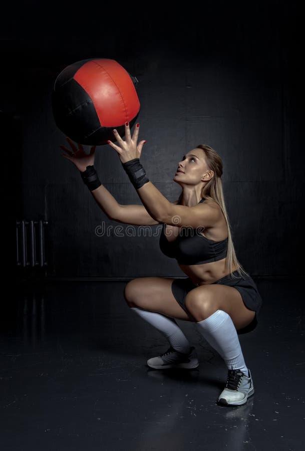 Мышечная женщина пригонки с шариком медицины стоковые изображения