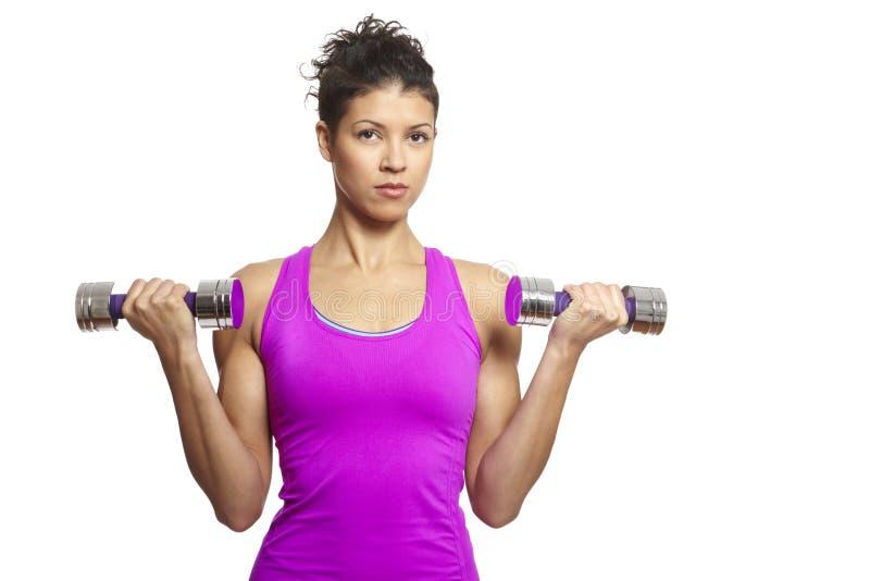 Мышечная молодая женщина работая в обмундировании спортов стоковые фотографии rf