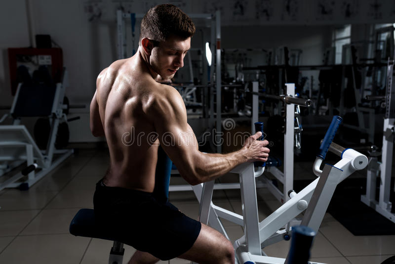 Мышечная тренировка человека в спортзале стоковое изображение