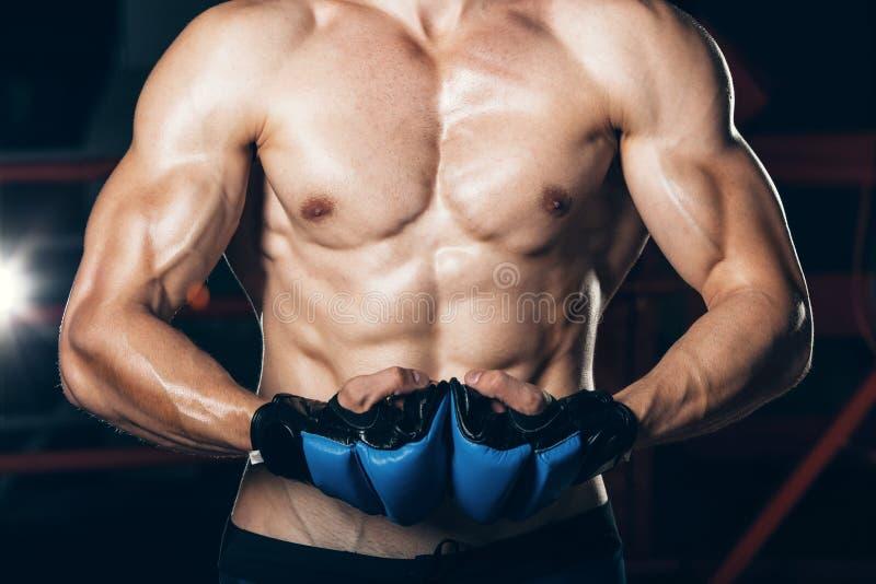 Мышечное kickbox бойца с голубыми перчатками стоковые фотографии rf
