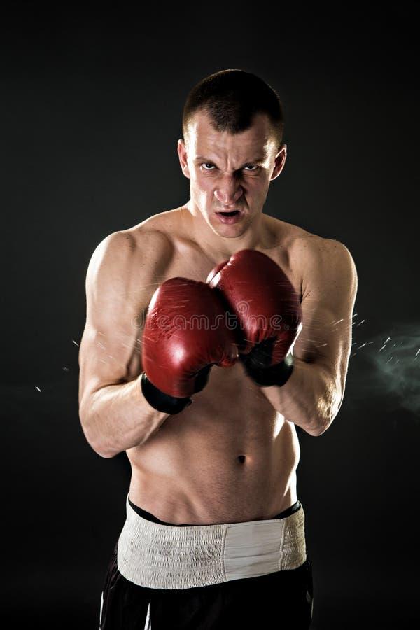 Мышечное kickbox или muay таец, кладя в коробку боец r стоковая фотография rf
