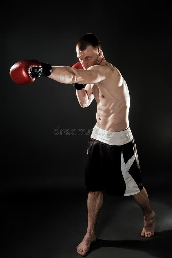 Мышечное kickbox или muay тайский пробивать бойца стоковое фото