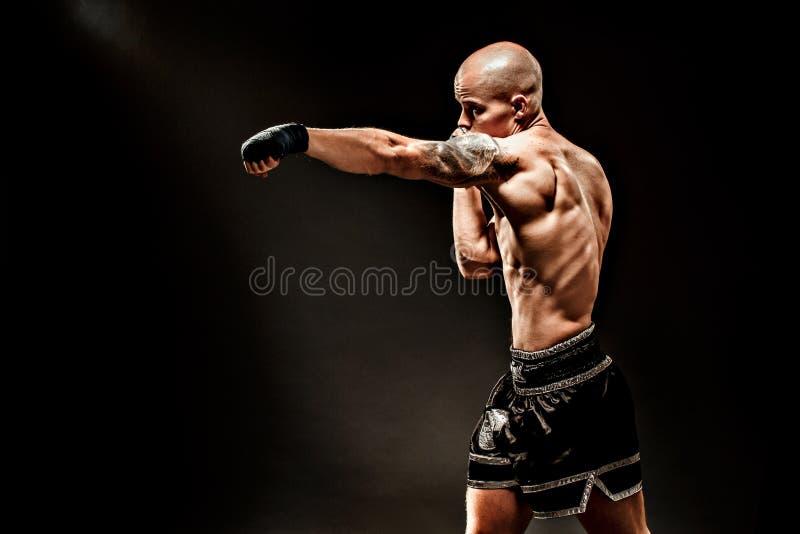 Мышечное kickbox или muay тайский пробивать бойца стоковая фотография