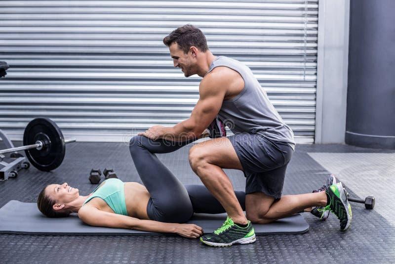 Мышечные пары делая протягивать ноги стоковое фото