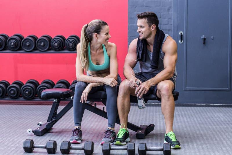 Мышечные пары обсуждая на стенде стоковая фотография