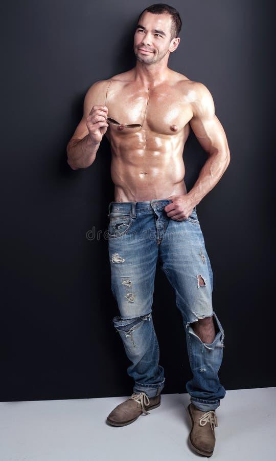 Мышечный красивый человек стоковая фотография rf