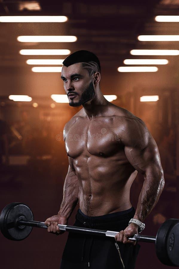 Мышечный культурист разрабатывая в спортзале стоковые изображения rf