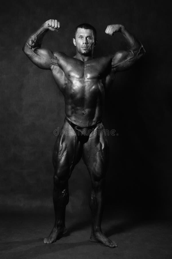 Мышечный мужской представлять культуриста стоковые фотографии rf