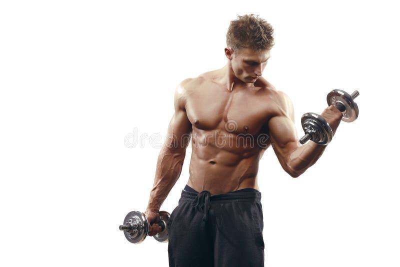 Мышечный парень культуриста делая тренировки при изолированные гантели стоковые фотографии rf