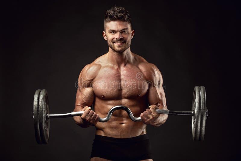 Мышечный парень культуриста делая тренировки с большой гантелью стоковое изображение rf
