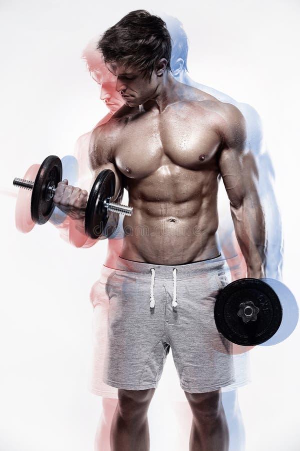 Мышечный парень культуриста делая тренировки с гантелями стоковое изображение rf