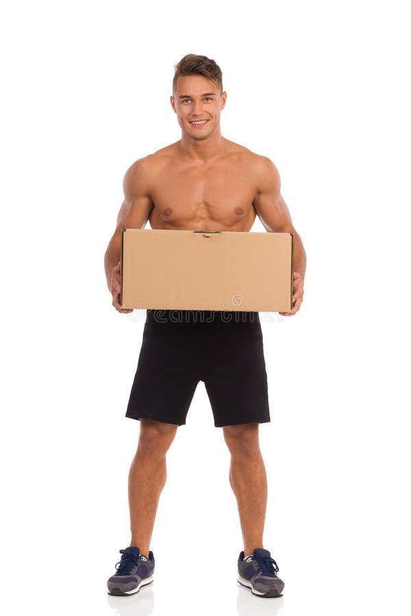 Мышечный работник доставляющий покупки на дом стоковые фото