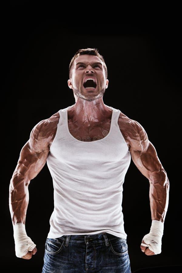 Мышечный человек кричащий и рык стоковая фотография