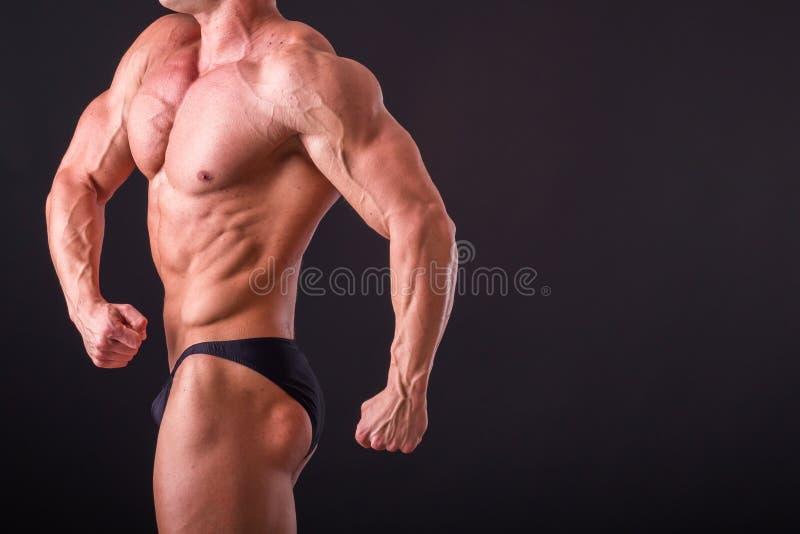 Мышечный человек на темной предпосылке стоковая фотография rf