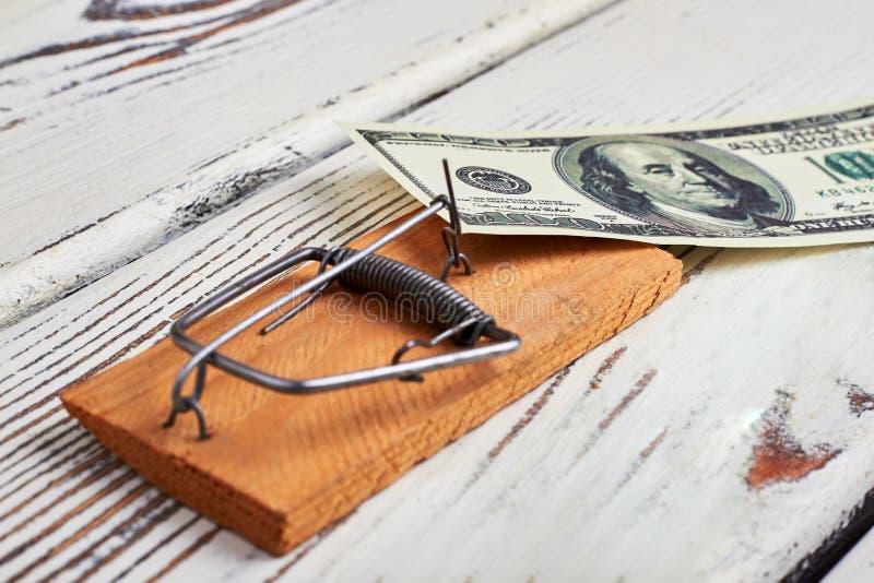 Мышеловка и банкнота на древесине стоковые изображения