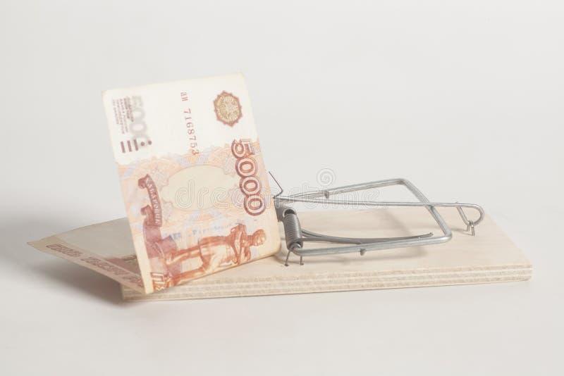 Мышеловка с русским пять тысяч банкнот рубля стоковая фотография