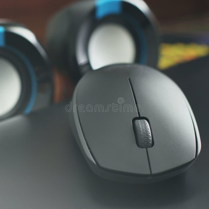 Мышь компьютера на предпосылке дикторов стоковые изображения rf