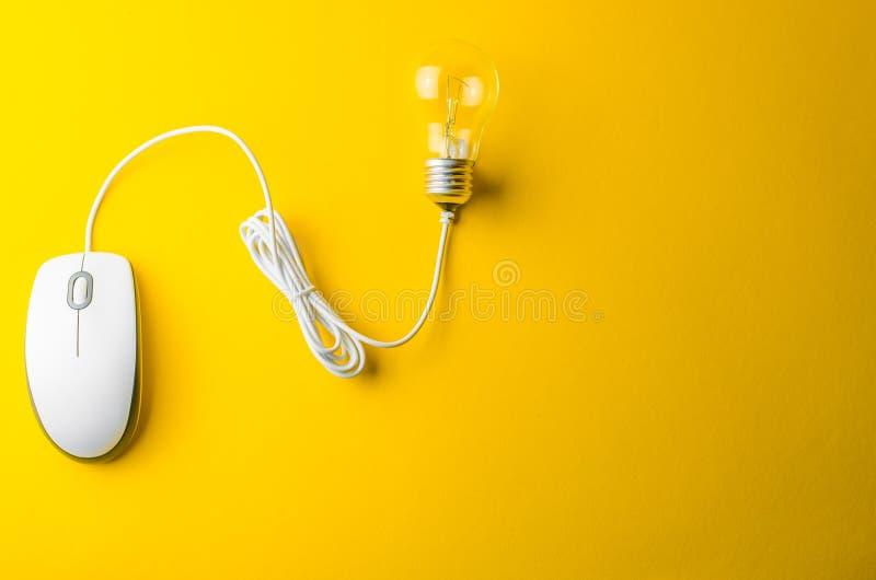 Мышь электрической лампочки и компьютера стоковое фото rf