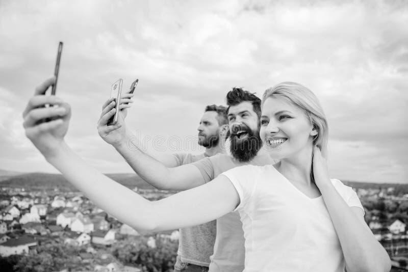 Мы все индивидуалы Люди наслаждаются стрельбой selfie на природе Лучшие други принимая selfie с телефоном камеры Сексуальная деву стоковые изображения rf