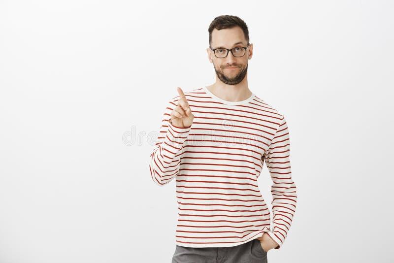 Мы можем расцеловать только на третей дате Неуверенный гомосексуалист с щетинкой и стеклами, трясущ указательный палец в никаком  стоковое фото rf