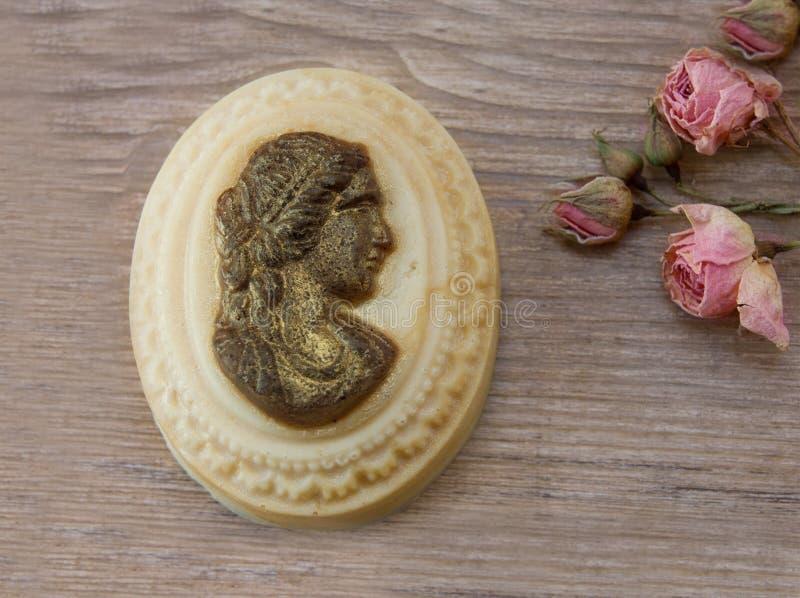 Мыло курорта Handmade естественное на таблице стоковые фотографии rf