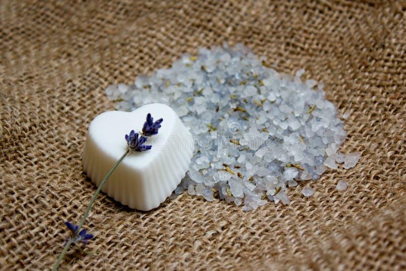 Мыло сердца, хворостина лаванды и соль для принятия ванны на надписи под джута стоковая фотография rf