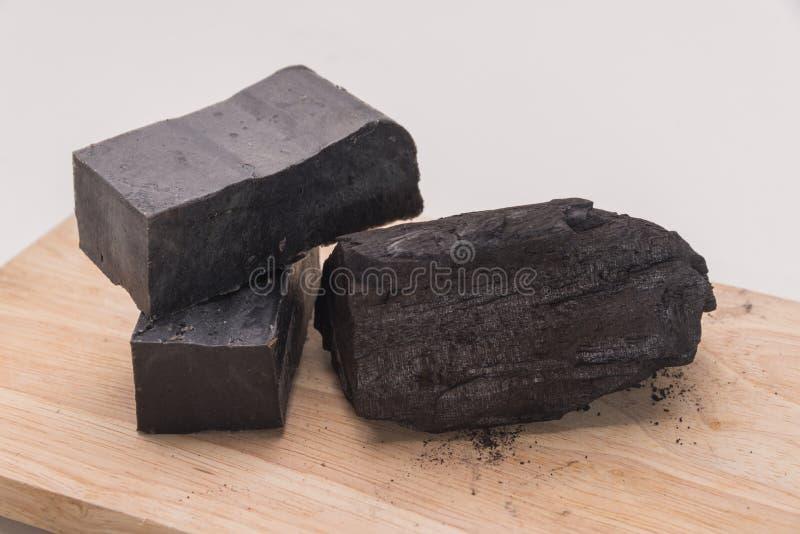 Мыло углерода и куча угля стоковые изображения