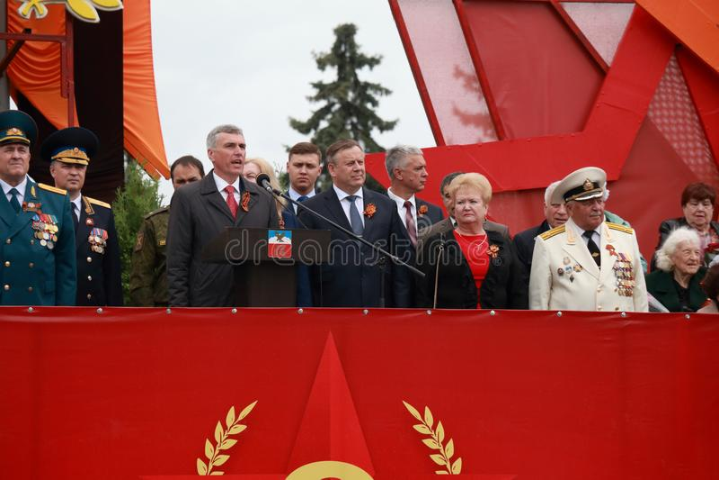 Мэр Pyatigorsk, Andrey Skrypnik, дает торжественную речь победа России дня стоковые изображения