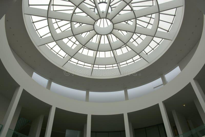 Мюнхен, Германия - 1-ое августа 2015: Предсердие der Pinakothek Moderne, музей современного искусства, расположенный в центр горо стоковые изображения
