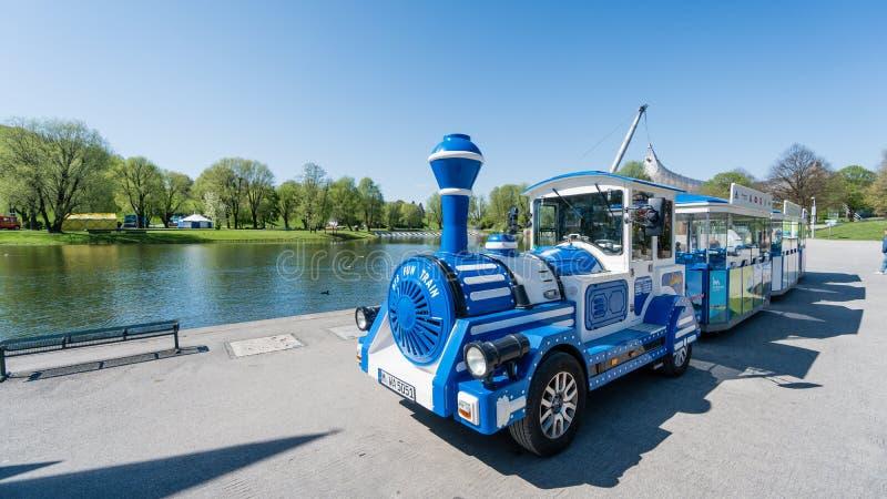 Мюнхен, Германия, 24-ое апреля 2016: Путешествуйте корабль поезда от олимпийского парка в Мюнхене, Германии стоковые изображения