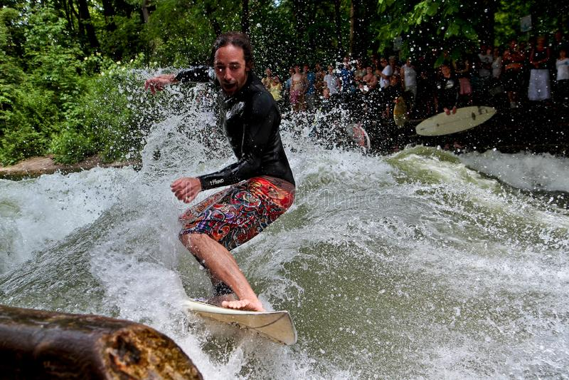 Мюнхен, Германия - 13-ое июля 2019: Серфер в реке города вызвал Eisbach стоковое фото rf