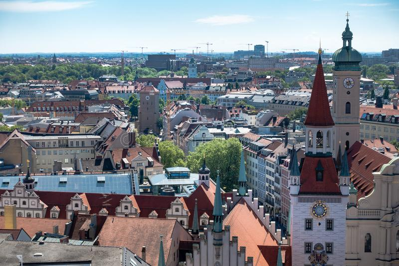 МЮНХЕН, Германия - 5-ое мая 2018: Воздушная панорама старого и нового города, с ратушей и церковью стоковая фотография rf