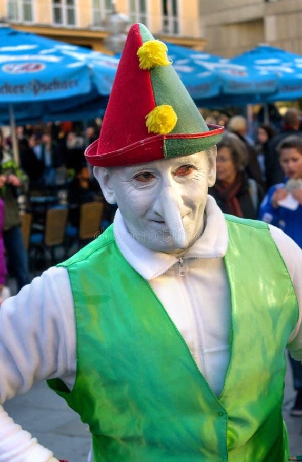 Мюнхен, Германия - 16-ое октября 2011: Актер пантомимы улицы на Marienplatz, зарабатывает деньги как клоун-карлик Гостеприимсва а стоковая фотография rf