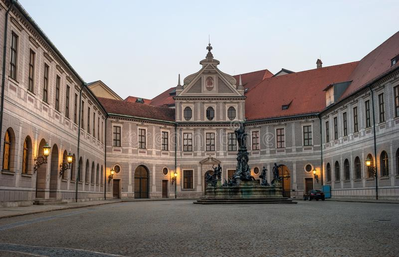Мюнхен, Германия - 19-ое октября 2018: Восьмиугольный вызванный двор Фонтаном Двором - Brunnenhof- один из 10 дворов стоковое фото