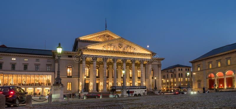 Мюнхен, Германия - 19-ое октября 2018: Национальный театр Мюнхен - баварская государственная опера Зрители приходят к началу  стоковое изображение