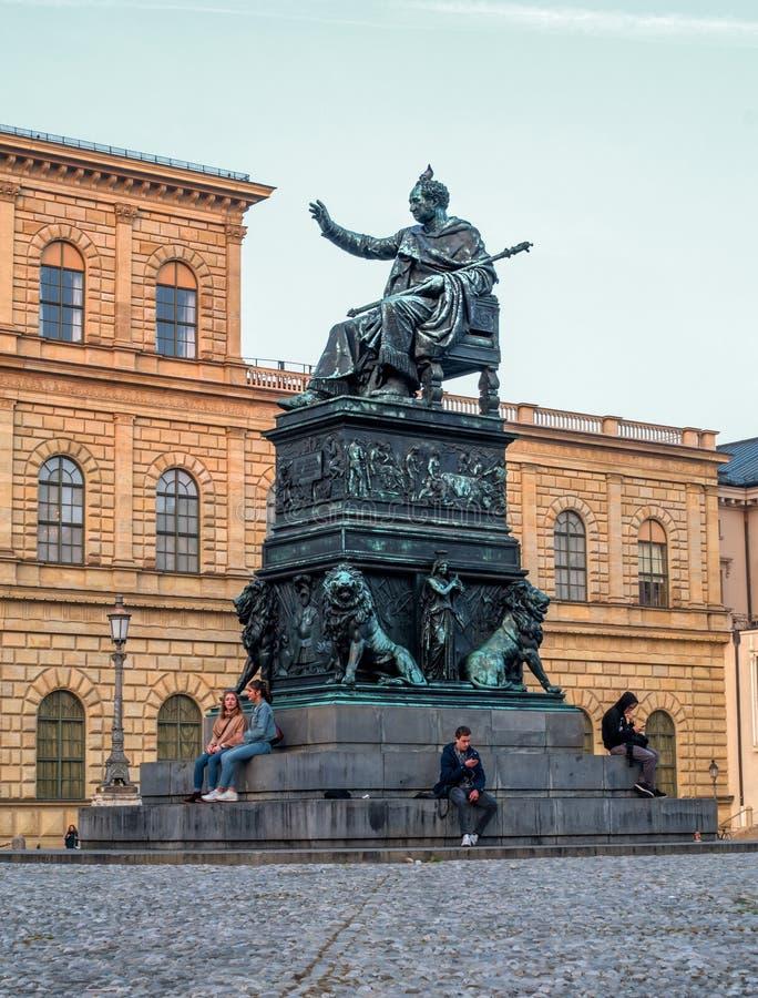 Мюнхен, Германия - 19-ое октября 2018: Статуя короля Максимилиана Иосиф -1835 - христианским Дэниэлом Rauch на Макс-Иосиф стоковые фотографии rf