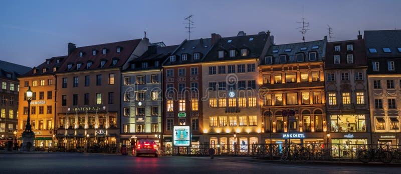 Мюнхен, Германия - 19-ое октября 2018: Spatenhaus и другие старые дома на Макс-Иосиф-Platz вечером стоковые изображения