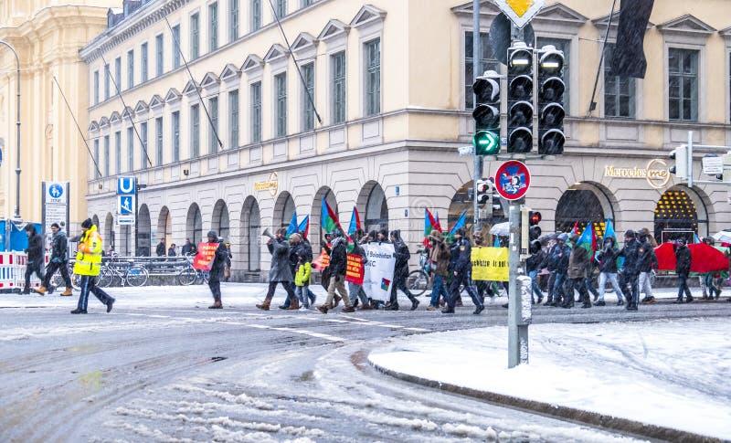 Мюнхен, Германия - 16-ое февраля 2018: Люди с пакистанскими флагами демонстрируют в знаменах нося города с стоковые фото