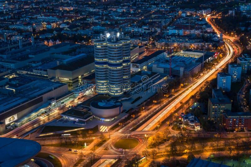 МЮНХЕН, ГЕРМАНИЯ - 3-ье ноября 2017: Штабы BMW Lit с li стоковая фотография rf