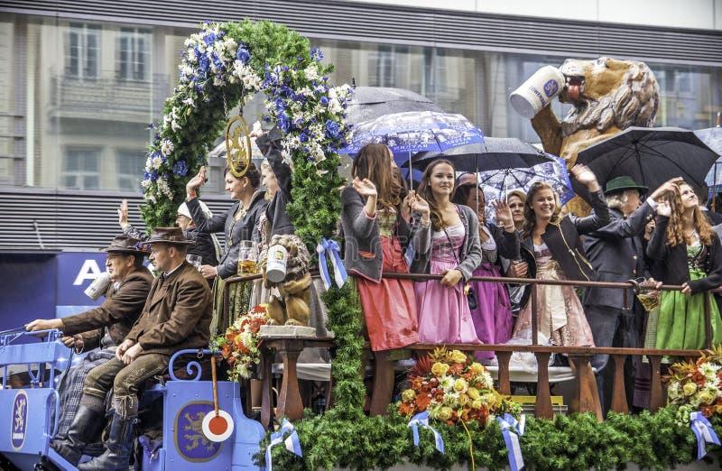 МЮНХЕН - 17-ОЕ СЕНТЯБРЯ: Парад пива на традиционном параде Oktoberfest в Мюнхене, Германии 17-ого сентября 2016 в немце Мюнхена стоковое фото rf