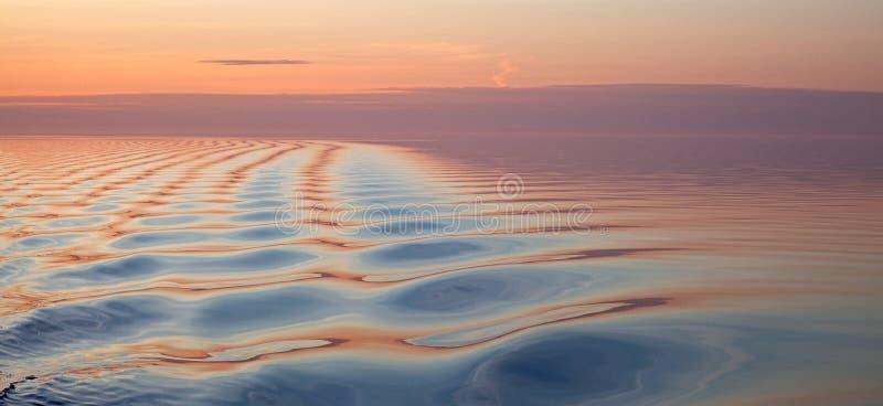 Мягкая волнистая текстура воды на восходе солнца стоковая фотография
